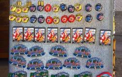 Salzburg, Áustria - 1º de maio de 2017: Ímãs da lembrança para a venda na cidade velha de Salzburg, Áustria Fotos de Stock
