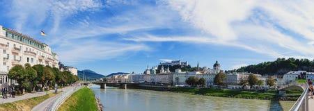 Salzburg, Áustria 08 28 2012 Vista de Salzburg com a parede da fortaleza em um dia de verão ensolarado Foto de Stock Royalty Free