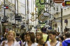 SALZBURG, ÖSTERREICH - AUGUST 2011: Nicht identifizierte Leute, die an gehen Stockfotos