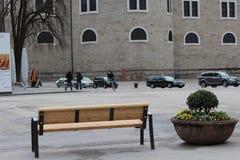 Salzburg, Österreich - 19. März 2013: Ansicht der Straßen von Salzburg im Winter Leere Bank stockfotografie