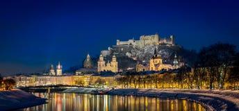 Salzburg in Österreich nachts lizenzfreie stockfotos