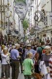 SALZBURG ÖSTERRIKE - AUGUSTI, 2011: Oidentifierat folk som går på Royaltyfria Bilder