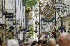 SALZBURG ÖSTERRIKE - AUGUSTI, 2011: Oidentifierat folk som går på Royaltyfri Fotografi
