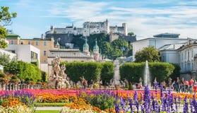 Salzburg Österrike 08 28 2012 Den härliga sikten av fästningen från den historiska Mirabellen parkerar i solig dag för sommar Fotografering för Bildbyråer
