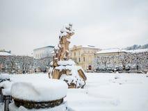 SALZBURG ÖSTERRIKE - FEBRUARI 13, 2018: Roman Statue på Mirabellplatz i vintersäsongsnö Royaltyfri Bild
