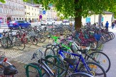 Salzburg Österrike - Maj 01, 2017: Cykeln som parkerar den, är den stads- livsstilen på Salzburg, Österrike Royaltyfria Foton