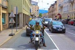 Salzburg Österrike - Maj 01, 2017: Cyklist på gatan i Salzburg Royaltyfria Bilder