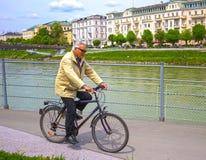 Salzburg Österrike - Maj 01, 2017: Cyklist på invallningen i Salzburg Royaltyfria Foton