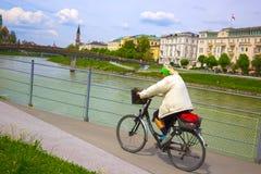 Salzburg Österrike - Maj 01, 2017: Cyklist på invallningen i Salzburg Royaltyfri Fotografi