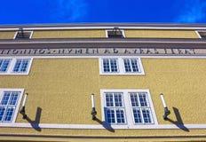 Salzburg Österrike - Maj 01, 2017: Den gamla universitetfasaden i Österrike Arkivfoto