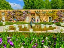 Salzburg Österrike - Maj 01, 2017: En del av den härliga Mirabellen arbeta i trädgården i Salzburg Royaltyfria Foton