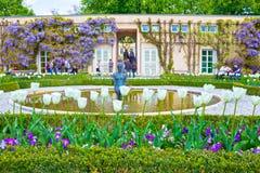 Salzburg Österrike - Maj 01, 2017: En del av den härliga Mirabellen arbeta i trädgården i Salzburg Fotografering för Bildbyråer