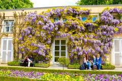 Salzburg Österrike - Maj 01, 2017: En del av den härliga Mirabellen arbeta i trädgården i Salzburg Arkivfoto