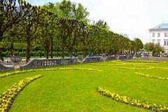 Salzburg Österrike - Maj 01, 2017: En del av den härliga Mirabellen arbeta i trädgården i Salzburg Arkivbild