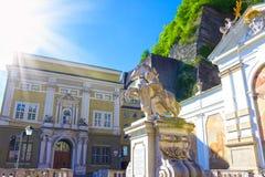 Salzburg Österrike - Maj 01, 2017: Horseponden på Herbert von Karajan Platz i Salzburg, Österrike Royaltyfria Bilder