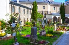 Salzburg Österrike - Maj 01, 2017: Kyrkogården för St Peter ` s på Salzburg Royaltyfria Foton