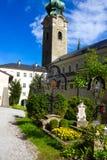 Salzburg Österrike - Maj 01, 2017: Kyrkogården för St Peter ` s på Salzburg Arkivfoton