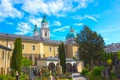 Salzburg Österrike - Maj 01, 2017: Kyrkogården för St Peter ` s på Salzburg Fotografering för Bildbyråer