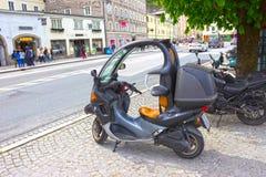 Salzburg Österrike - Maj 01, 2017: Motorcykeln eller den var nedstämd parkeringen är det den stads- livsstilen på Salzburg, Öster Arkivfoton