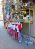 Salzburg Österrike - Maj 01, 2017: Souvenirmagneter som är till salu i den gamla staden av Salzburg, Österrike Royaltyfri Foto