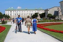 Salzburg Österrike: Mannen och kvinnan i nationella österrikaredräkter i Mirabellen parkerar i Salzburg arkivfoto