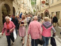 Salzburg, Austria - 2 de junio de 2017: Gente en la calle de Salzburg foto de archivo