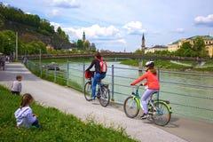 Salzburg Austria, Maj, - 01, 2017: Cyklista na bulwarze w Salzburg Zdjęcia Stock