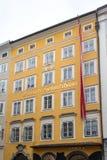 SALZBURG/AUSTRIA - SEPTEMBER 19: Sikt av det Mozarts hemmet och födelse fotografering för bildbyråer