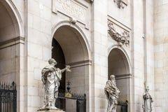SALZBURG/AUSTRIA - 19 SEPTEMBER: Standbeelden bij de Ingang aan Sa stock foto