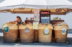 Salzburg, Austria, Sierpień 28, 2012: Nierozpoznany sprzedawca w jeden Mozart ` s wiele na otwartym powietrzu tradycyjni cukierki zdjęcia stock