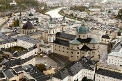 Salzburg céntrica con la catedral en Austria fotografía de archivo
