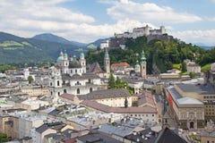 Salzburg com fortaleza de Hohensalzburg Fotografia de Stock