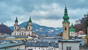 Salzburg dachy i dzwonnicy na chmurnym dniu, Austria zbiory