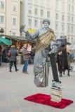SALZBURG - DECEMBER 7, 2015 En gataaktör som imiterar silver royaltyfria foton