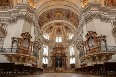 Salzburg domkyrkainre med organet och altaret arkivfoto