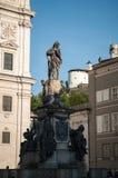 Salzburg, duży kościół w starym miasteczku, statua w środku zdjęcie stock