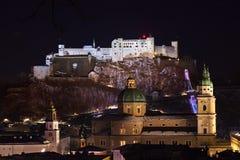 Salzburg en kasteel Hohensalzburg bij nacht - Oostenrijk Royalty-vrije Stock Foto