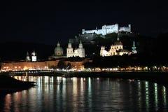 Salzburg en la noche fotos de archivo