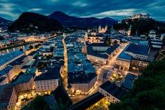 Salzburg en la noche con Festung Hohensalzburg Imagen de archivo libre de regalías
