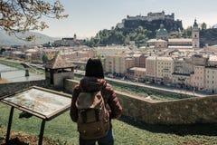 _ Salzburg Flickaturisten på observationsdäcket arkivfoto