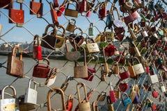 Salzburg, hangsloten van liefde op een brug, Makartsteg, de mensen van de honingsmaan houdt van het in de zomer stock afbeelding