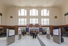 Salzburg-Hauptbahnstations-Eingangshalle mit Passagieren Stockfotografie