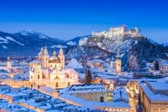 Salzburg horisont i vinter som sett från Moenchsberg, Salzburger land, Österrike royaltyfri foto