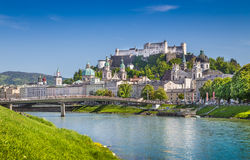 Salzburg horisont med den Festung Hohensalzburg och Salzach floden i sommar royaltyfri bild