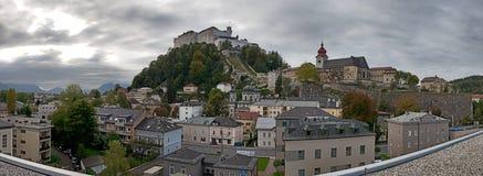 Salzburg horisont med Festung Hohensalzburg i sommar royaltyfria bilder