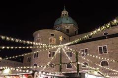Salzburg julmarknad i Residenzplatzen på natten Royaltyfri Foto