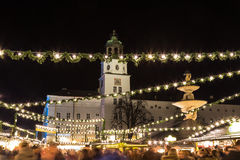 Salzburg julmarknad i Residenzplatzen på natten Royaltyfri Fotografi