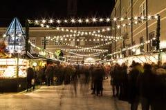 Salzburg julmarknad på natten Arkivbilder