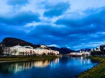 Salzburg kaj på vintern arkivbilder