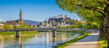 Salzburg linia horyzontu rzeczny Salzach w wiośnie, Austria Zdjęcie Royalty Free